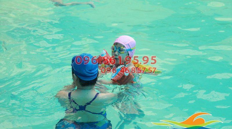 Vì sao nên cho trẻ học kỹ năng bơi lội trong dịp hè?