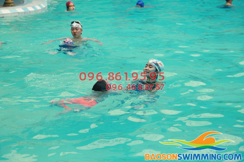 Lớp học bơi cho trẻ em tại bể bơi bốn mùa khách sạn Bảo Sơn