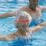"""Lợi ích """"vàng"""" khi người cao tuổi học bơi"""