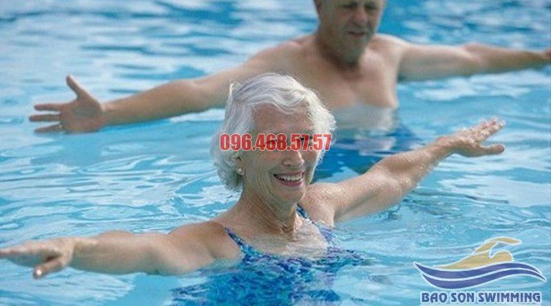 Lớp học bơi cơ bản cho người cao tuổi bể Bảo Sơn