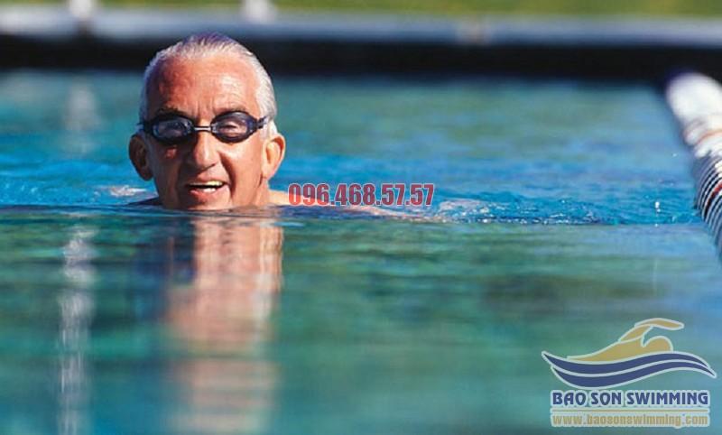 Lợi ích của bơi lội với sức khỏe người cao tuổi