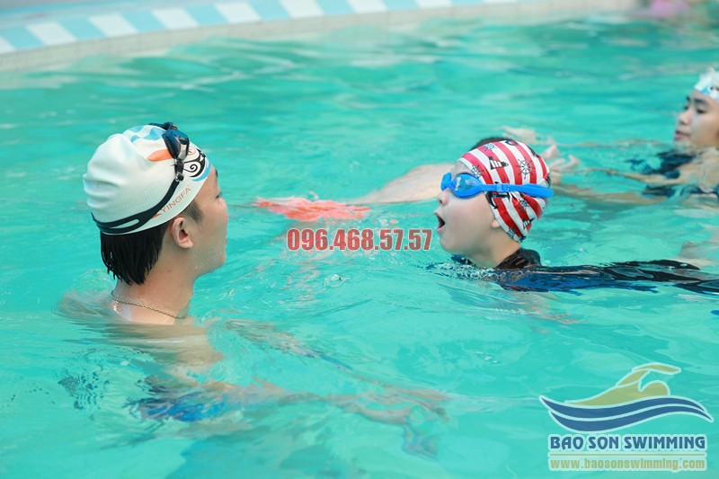 Dạy bơi chuyên nghiệp cho trẻ em tại bể bơi Bảo Sơn