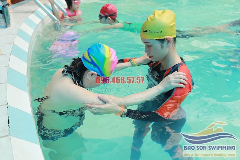 Học bơi với huấn luyện viên nữ tại bể bơi khách sạn Bảo Sơn
