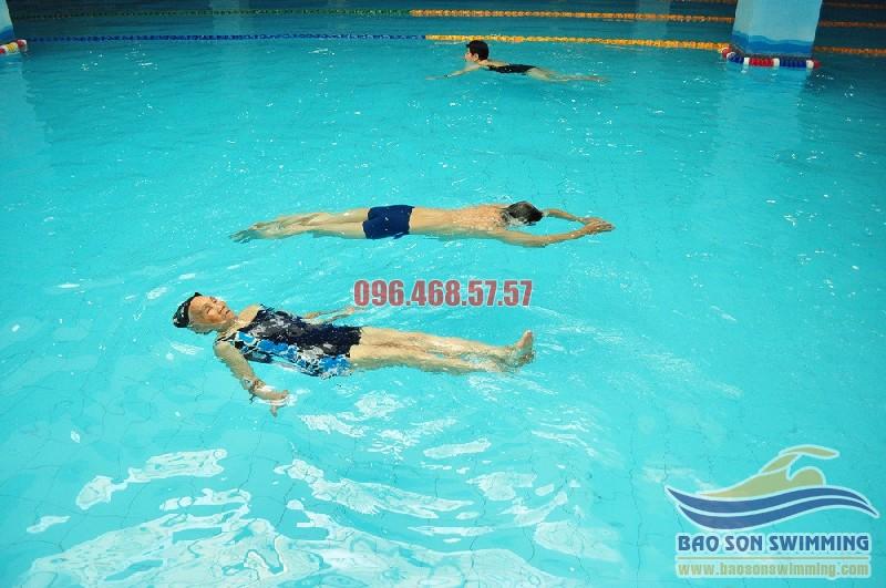 Hướng dẫn kỹ thuật bơi ngửa qua 8 giai đoạn