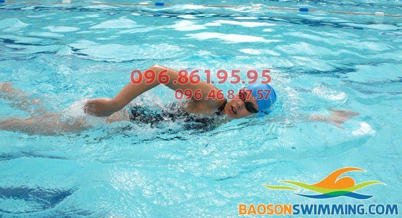 Thở một bên khi bơi sải đúng hay sai?