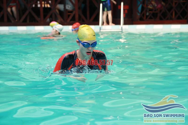 Tuyệt đối không được ăn no trước khi đi bơi