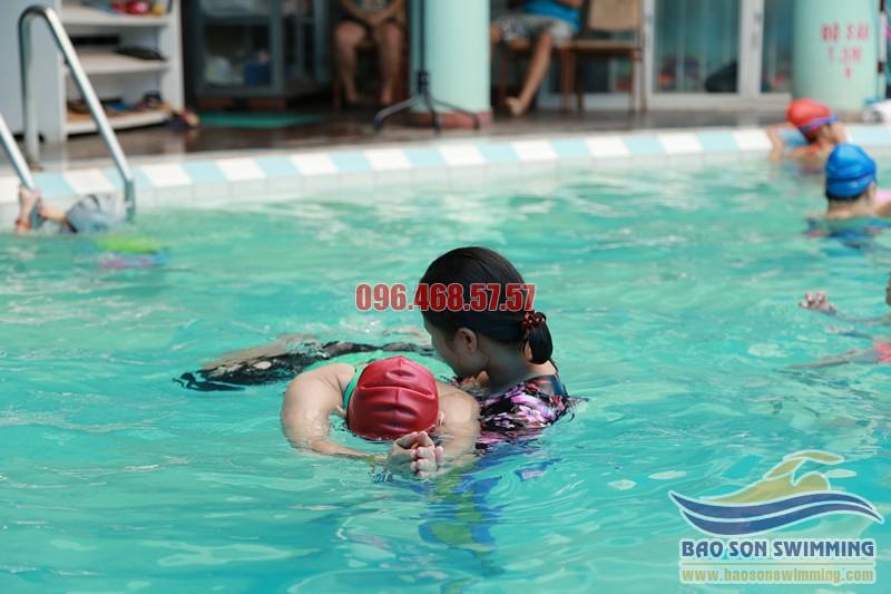 Trung tâm dạy học bơi bể bơi khách sạn Bảo Sơn cho người lớn hè 2017