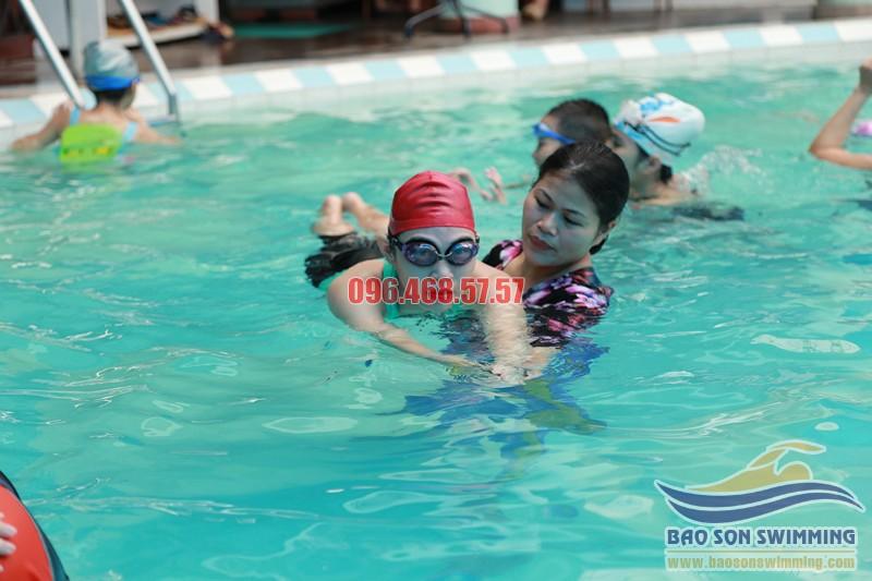 Học bơi với huấn luyện viên nữ tại bể bơi Bảo Sơn