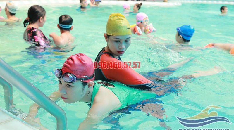Các lớp học bơi cho người lớn bể bơi khách sạn Bảo Sơn hè 2017