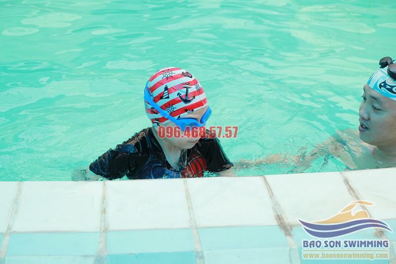 Cho trẻ học bơi kèm riêng với HLV nữ tại bể bơi Hapulico