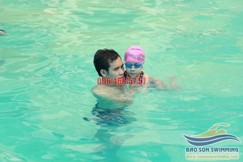 Cho trẻ học bơi để cải thiện chức năng đường hô hấp