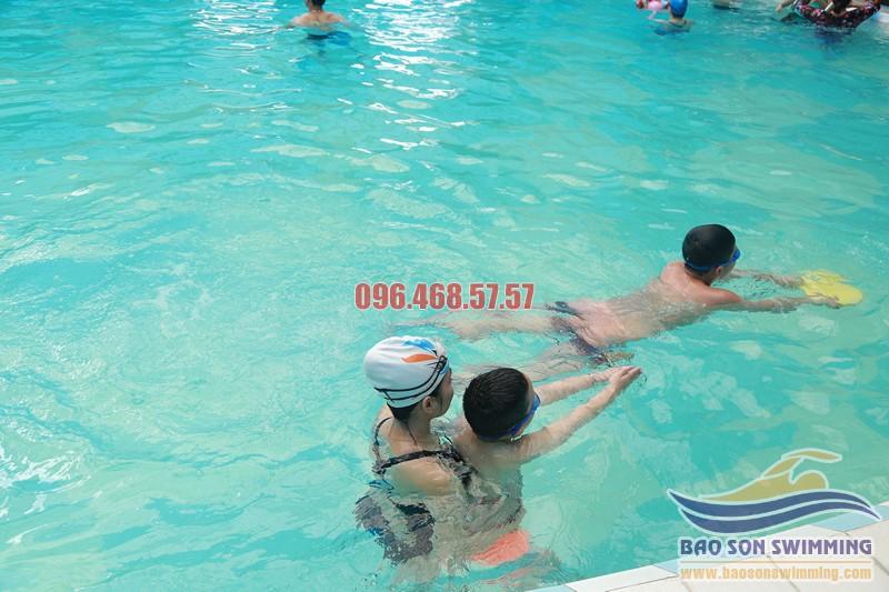 Học bơi ếch với các VĐV bơi lội chuyên nghiệp bể bơi khách sạn Bảo Sơn