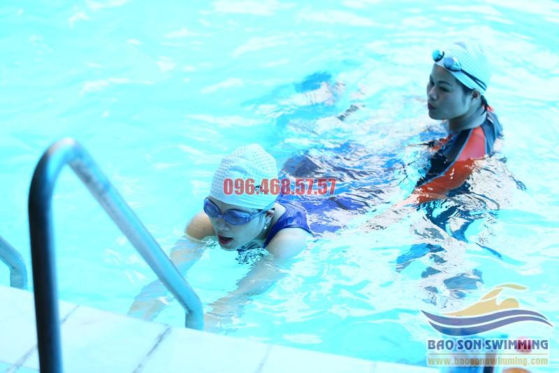 Dạy bơi cho người lớn ở bể bơi khách sạn Bảo hè 2017