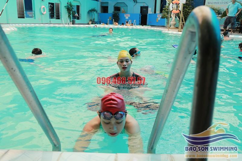 Hướng dẫn tập đứng nước chuẩn khi học bơi