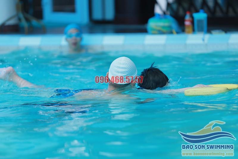 Học bơi cơ bản bể khách sạn Bảo Sơn chất lượng với HLV kèm riêng hè 2017